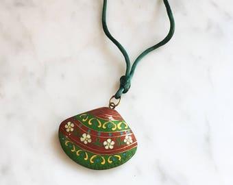 Vintage 70s CLOISONNE Clam Shell Pendant Necklace / Enamel Seashell Necklace