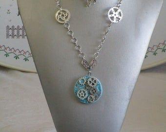 Ravissant collier pendentif Steampunk en céramique et métal argenté avec motifs steampunk