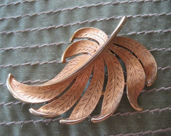 Gold JJ leaf brooch.  Vintage jewelry.  Ladies jewelry.