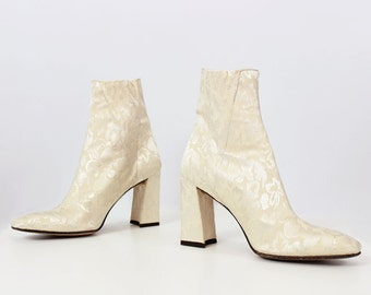 vintage cream brocade boots / 1980s stretch fabric ankle boots / floral brocade booties / modern baroque boots / wedding bridal boots