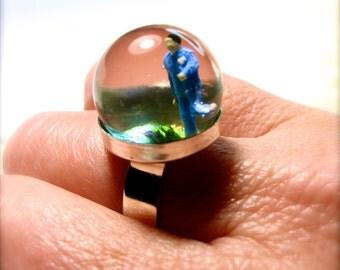 Footing people, runner. Resin ring. Modern jewelry. resin jewelry. diorama. Snow globe ring. Run