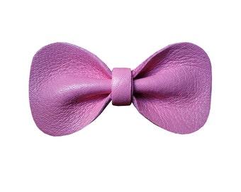 """Jolie Broche Noeud Papillon """"Bowtie 6"""", Bords Arrondis, Cuir Véritable, Fait Main, Couleur Rose Bonbon Pink"""