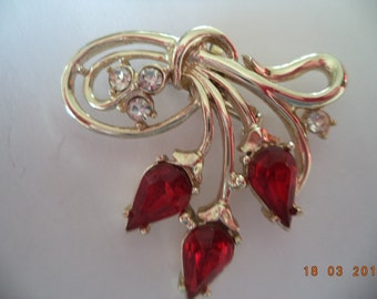 Vintage Unsigned Silvertone Cluster of Stawberries Brooch/Pin