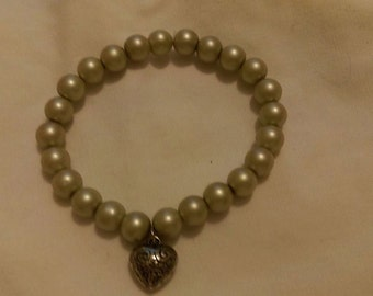 Faux Off White Pearl & Heart Charm stretch bracelet