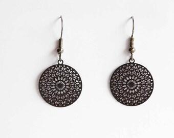 Middle ornament earrings in black