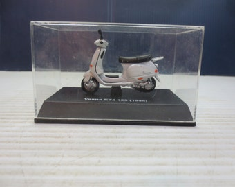 Vespa 125 ET4 125 (1996) White Miniature Collectible Scooter
