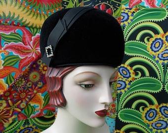 Mod Vintage 60s Hat . Black Fur Felt . Profile Toque Beret . Military Helmet Style . Doree Of New York label . Satin Ribbon & Rhinestone .