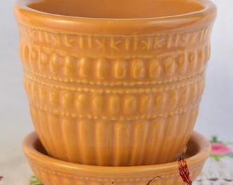 Small McCoy planter, bead flower pot