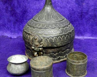 Old box Mughal Paan 1.4 Betel Nut kg Metal carved Ø = 15, 5cm H = 23cm India