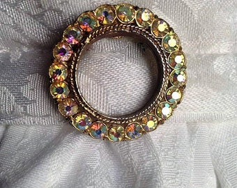 Vintage iridescent round brooch/stock pin.Reflects colors in your surroundings! FREE shipping in the USA!