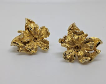 Vintage Jewelcraft Earrings, Gold Tone Earrings, Clip On Earrings, Flower Earrings, Vintage Earrings, Gold Clip Ons, Jewelcraft Earrings