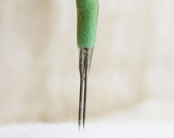 Double Point Felting Needles - GREEN REVERSE BARB -  Speed up your needle felting with these fun tools with color-coded cushioned handles.