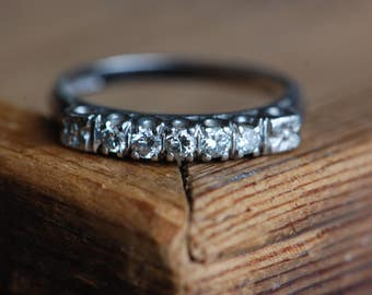 Vintage 1940s platinum five-diamond row band with flowers and knife edge