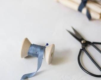 """Ruban de soie bleu ardoise Gray Hand-Dyed (avec bobine en bois) - 5 yards - 1/4"""" de large"""