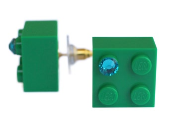 Dark Green LEGO (R) brick 2x2 with a Green SWAROVSKI crystal on a Silver/Gold plated stud