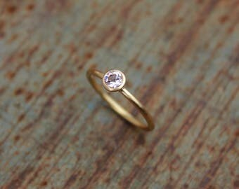 18k gold ring with morganite - round