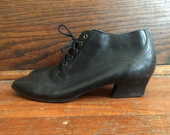 Vintage 1980s Womens CORSINA Black Leather Stacked Heel ANKLE BOOTS Size 7 Granny Hipster Roper Pixies Flats