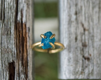 Lovely & dainty completely adjustable pure copper ring, featuring a piece of raw and uncut neon apatite stone that's a turquoise color