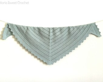 Light triangular baktus, made in crochet in pure cotton.
