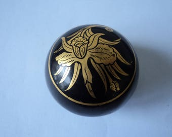 Vintage wood and laquer collectable pill box (04453)