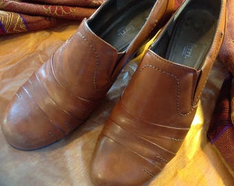Vintage shoes/footwear women/comfort Booties / / Luca Ferri / 7 M Tan, heel wood 2 1/2 in.