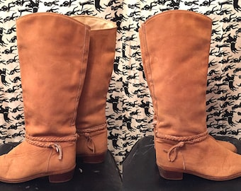 Vintage 1970s Zodiac Boots Buff Tan Leather Cowhide Braided Low Wood Heel Knee High Boots Size 9M Boho Hippie Festival