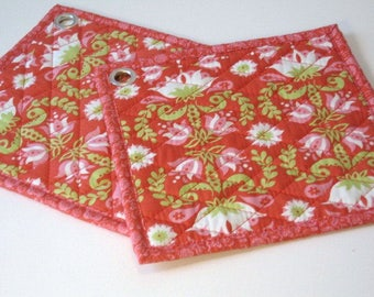 Pot holders with a retro pattern in red and green and organic fabric, Ovenpads, Oven mitt,  Fabric pot holders, Quilted hot pads, set of 2