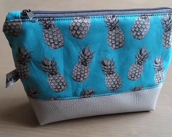 Cosmetic bag of silver pineapple