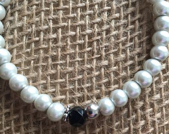 Pearl stretch bracelet with black faceted glass bead