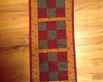 Small table runner quilted