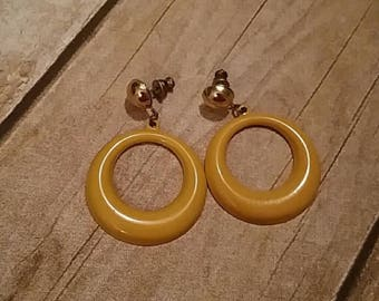 Vintage 80s mustard metal earrings