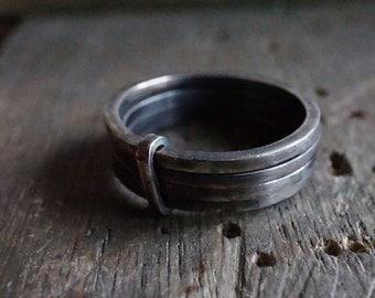 Bague 4 anneaux liés en argent forgée et vieilli à la main - Bague pour homme – Design Nature et mode - R 3074
