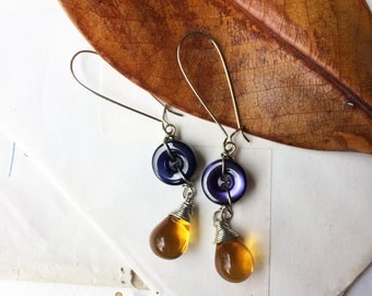 Vintage button earrings with purple/yellow. Vintage mother of Pearl buttons. Button Earrings. Button jewelry. Upcycled jewelry