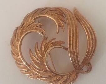 Vintage  Elegant gold tone feather design brooch or pin signed Lisner