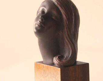 Rare girl's head figurine, Achatit
