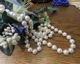 White retro faux pearl necklace