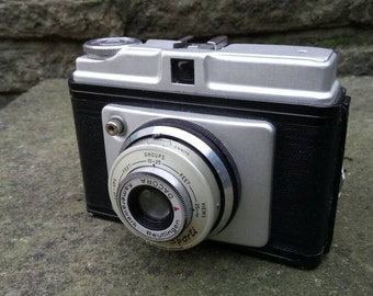 Ilford Sportimedium format camera. 6x6 on 120 roll film. Comes complete with the original brown leather case.