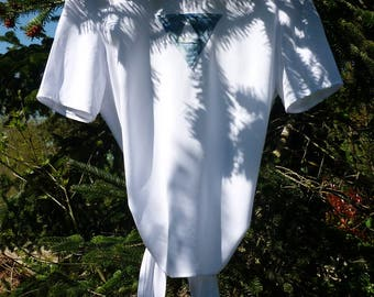 White T-shirt with triangle pattern on the front to tie in the back.