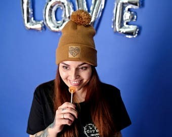 Bobble hat with vegan Kunstlederpatch in caramel