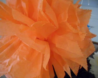 3 PomPoms in orange paper of 20/30 and 40 cm to 4.80 euros.