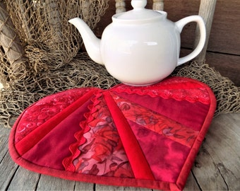 Red Scrappy Heart Quilted Hot Pad, Large Insulated Valentine Heart Shaped Pot Holder, Trivet, Candle, Casserole, Tea Pot Mat, Pad