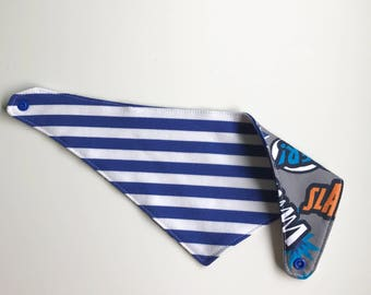 Bandana bib reversible Blue stripe/exclamations