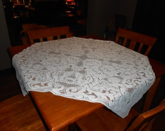 Beautiful Vintage small quaker lace tablecloth