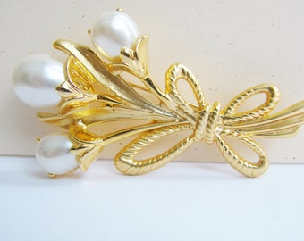 Vintage gold lily flower brooch with white pearl accents (H10)