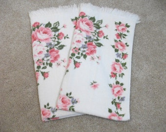 Delightful Se of Two Rose 60s Bath Towels