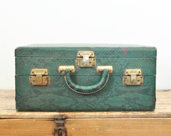 Vintage Green Faux Snakeskin Fabric Toiletry Travel Jewelry Storage Overnight Train Case Luggage Makeup Vanity
