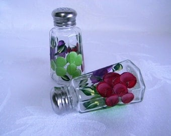 Painted Grapes shaker set-Salt and pepper shakers-painted salt and pepper shakers with grapes