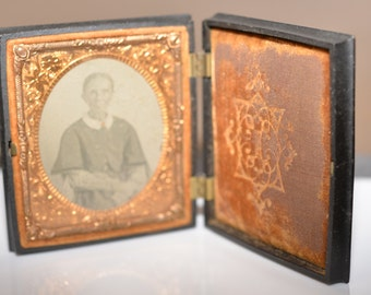 Daguerreotype Ambrotype of 1860's photo ghostly old woman in Union- Composition case Shellac 3.5x2