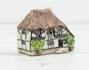 House Figurine Tey Pottery - Yeoman's Cottage - Bush - Small - Miniature - Ornament - Decoration - Worldwide series - Norfolk