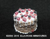 12th scale miniature Frosted Berries Gingerbread Cake